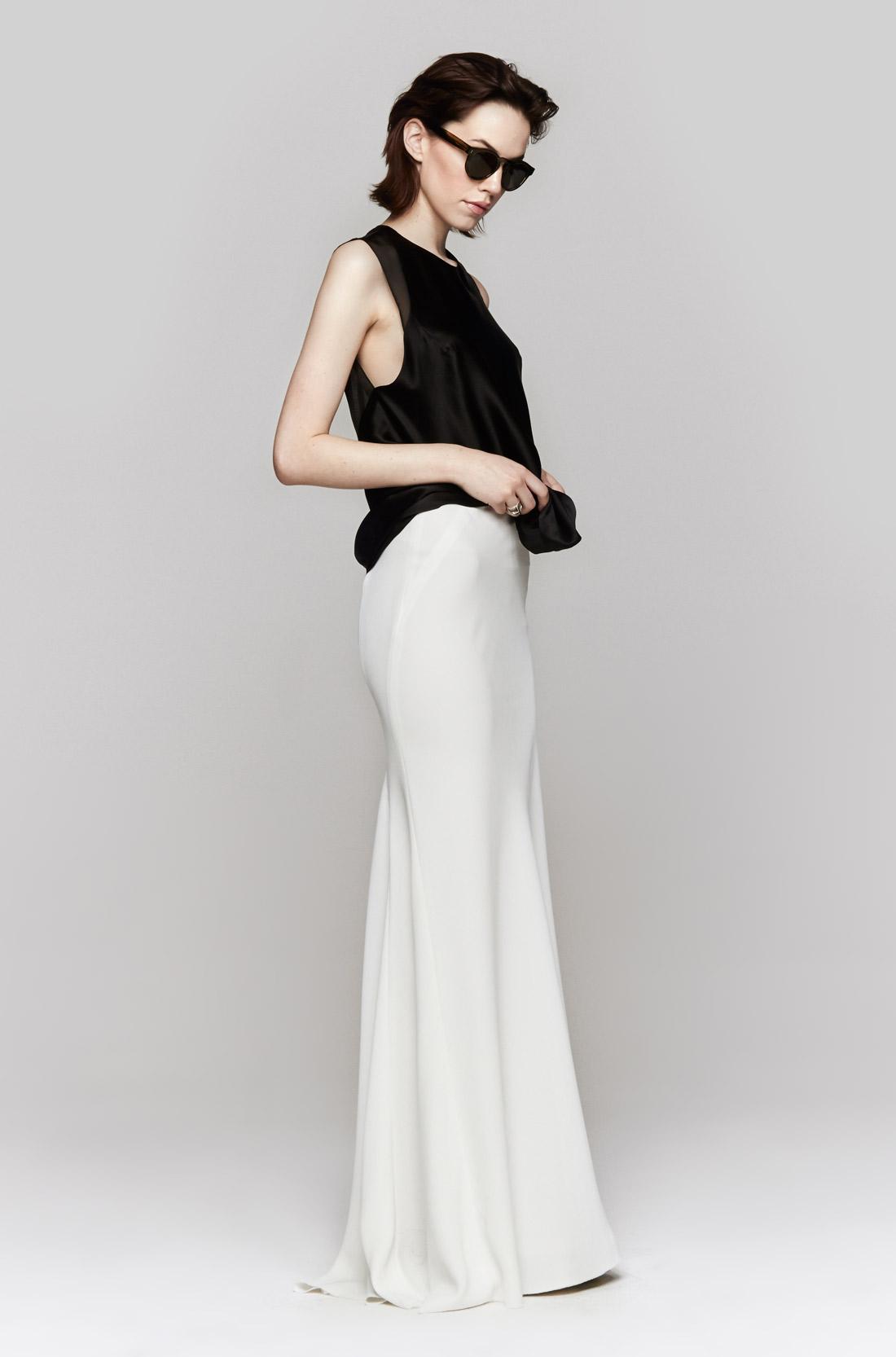 Облегающая длинная белая юбка