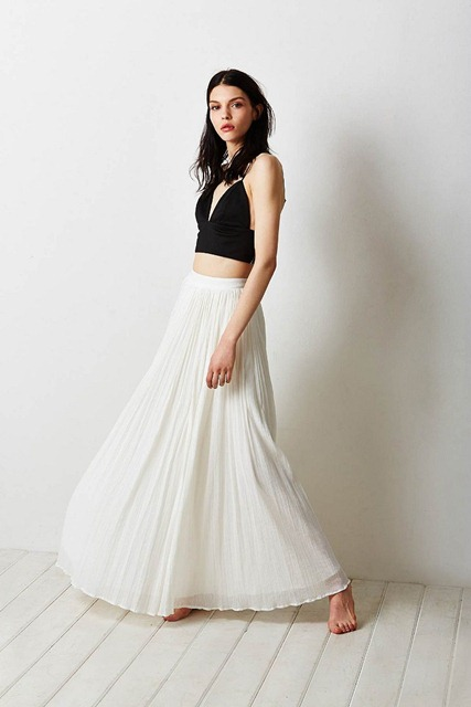 с чем носить длинную белую плиссированную юбку