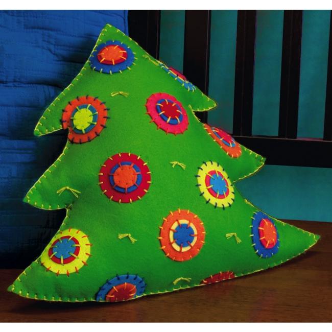 новогодняя подушка из фетра в форме елочки