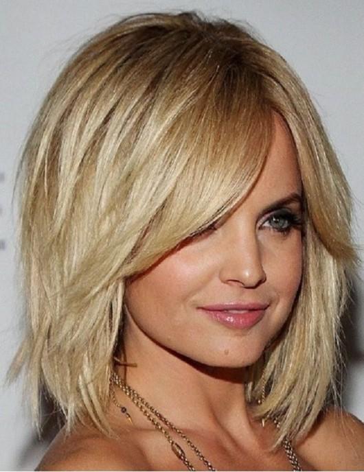 каскад на волосах средней длины