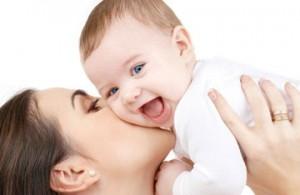 Потница у новорожденного: причины, симптомы и лечение