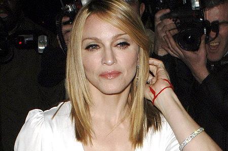 красная нить на запястье Мадонна