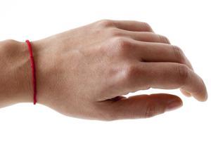 Как правильно носить красную нить на запястье