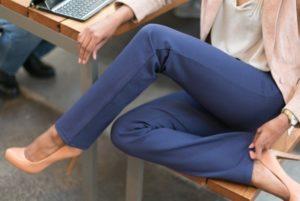 С чем носить синие женские брюки (ФОТО)