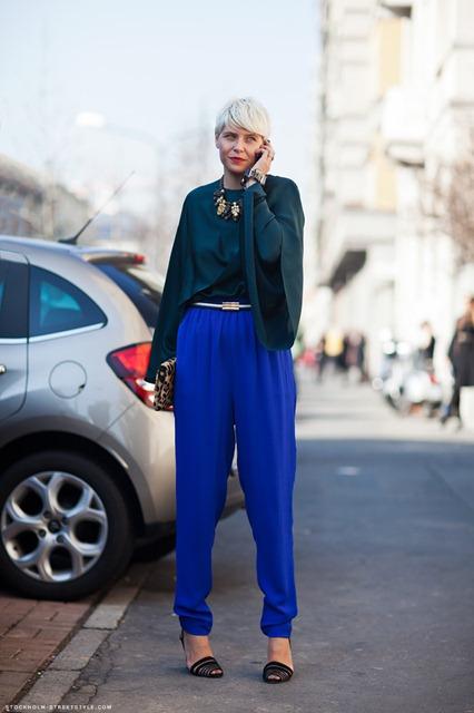 синие брюки: с чем носить