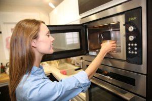 Как избавиться от запаха гари в микроволновке безопасно и эффективно