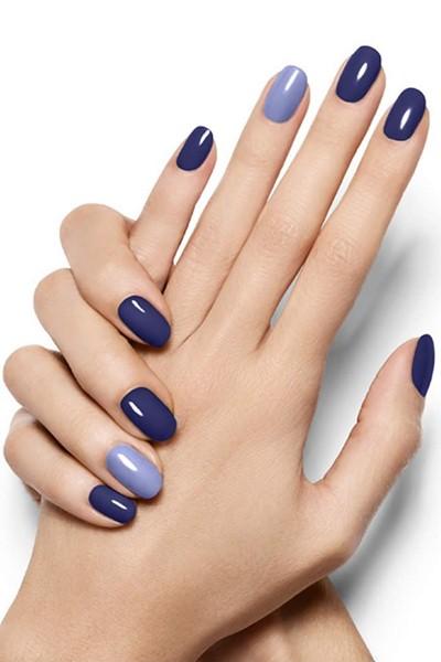 модный лак для ногтей синего цвета