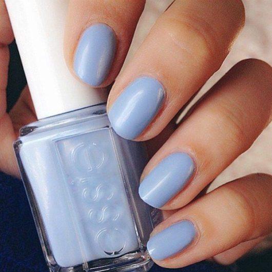 модный лак для ногтей голубого цвета