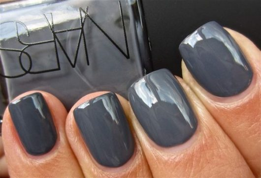 серо-синий лак для ногтей