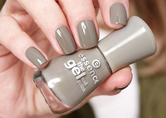 модный лак для ногтей серого цвета
