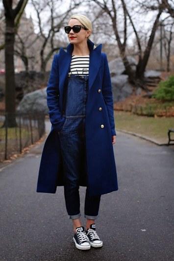 джинсовый комбинезон с пальто