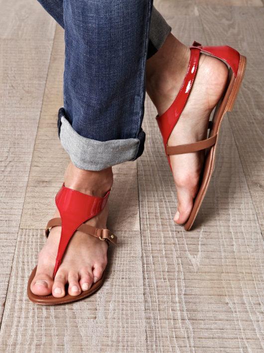 красные босоножки на плоской подошве