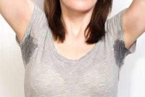 Как избавиться от пятен пота на одежде подмышками