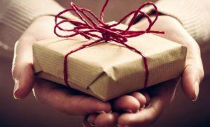 Что подарить женщине на 60 лет, у которой все есть: 7 интересных идей для подарка