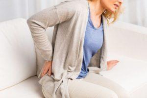 Почему болит поясница у женщин: причины и лечение