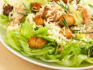Рецепт салата цезарь с курицей и сухариками с пекинской капустой
