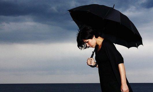 женский зонт в деловом стиле