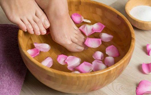 При этом заболевании ногти желтеют, становятся ломкими и толстыми, покрываются трещинами.