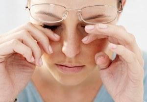 Слезятся и быстро устают глаза: причины и что делать